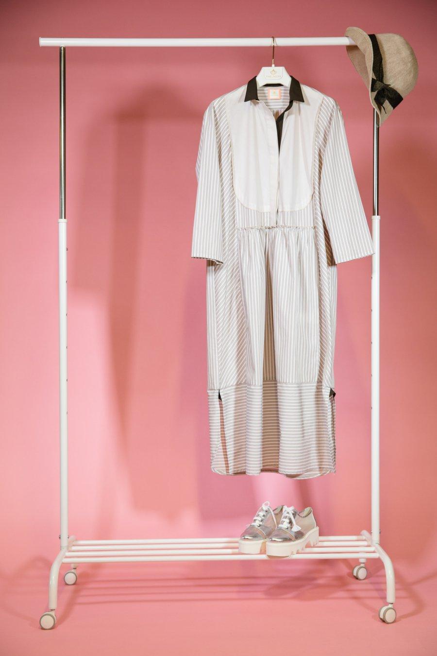 Платье рубашка в бежевую полоску прямого силуэта с  манишкой и карманами