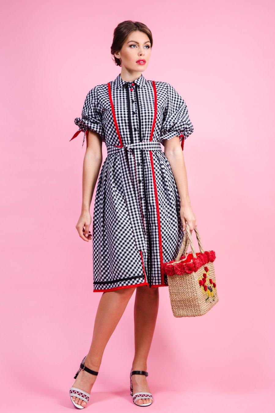 Платье в клетку, декорированное тесьмой с помпонами