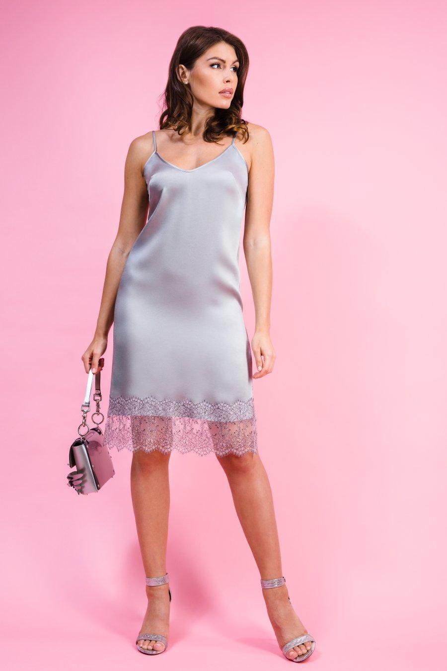 Серое платье-комбинация, декорированное кружевом