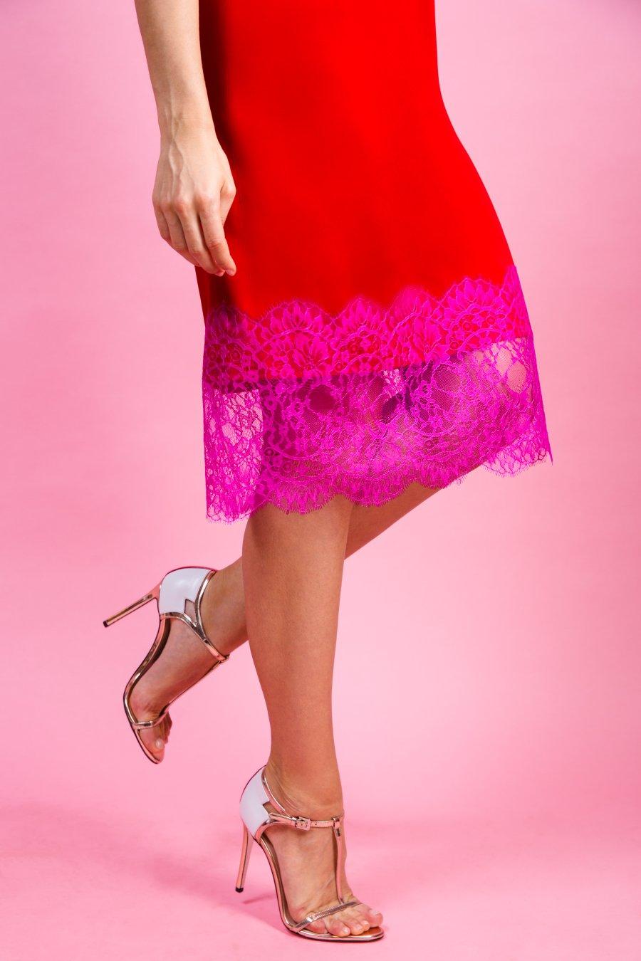 Красное платье-комбинация, декорированное кружевом