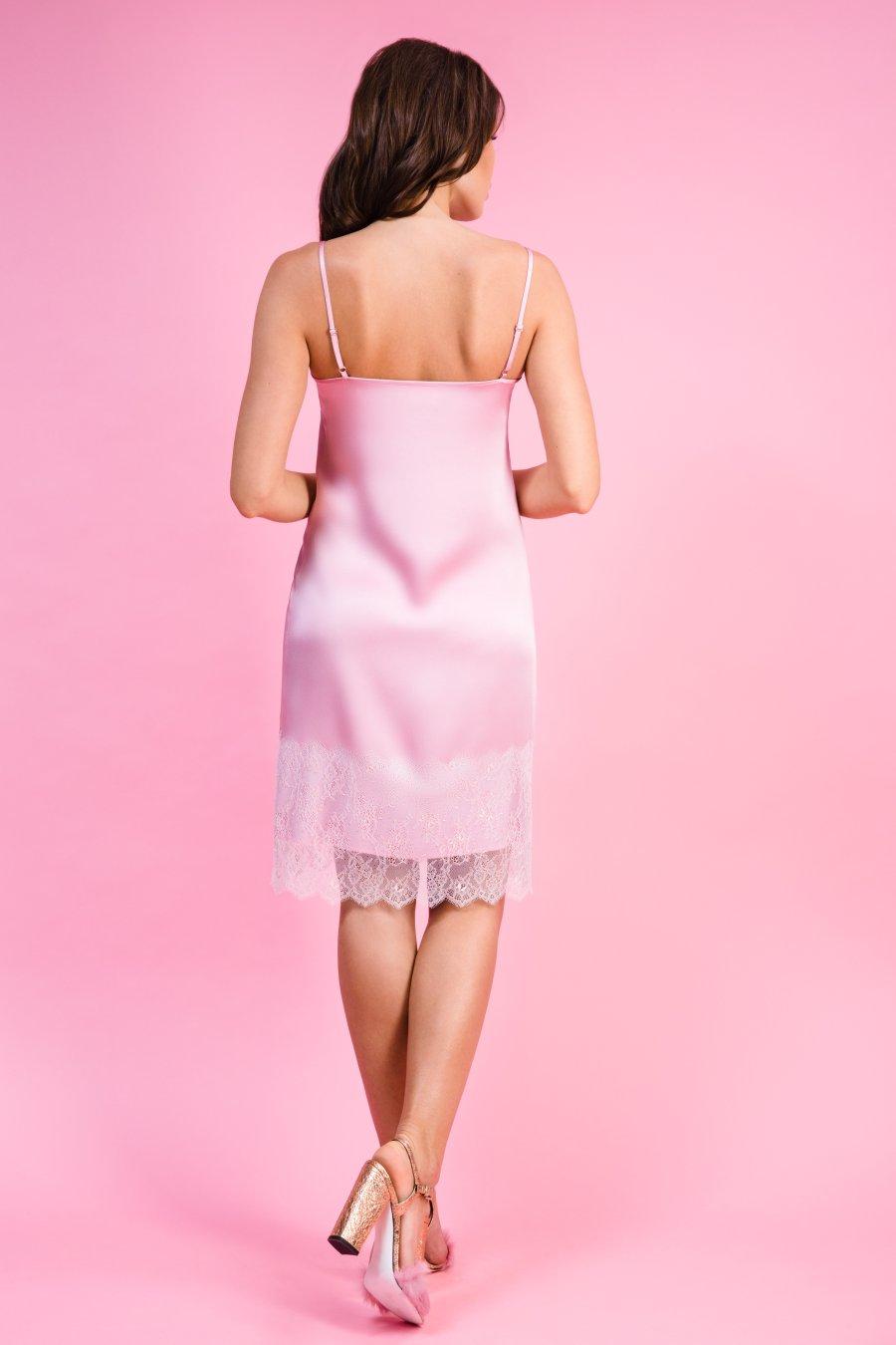Розовое платье-комбинация, декорированное кружевом