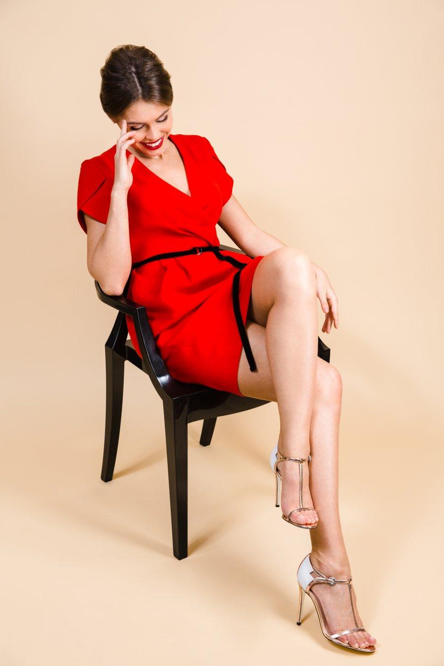 Платье красное с запахом и складками