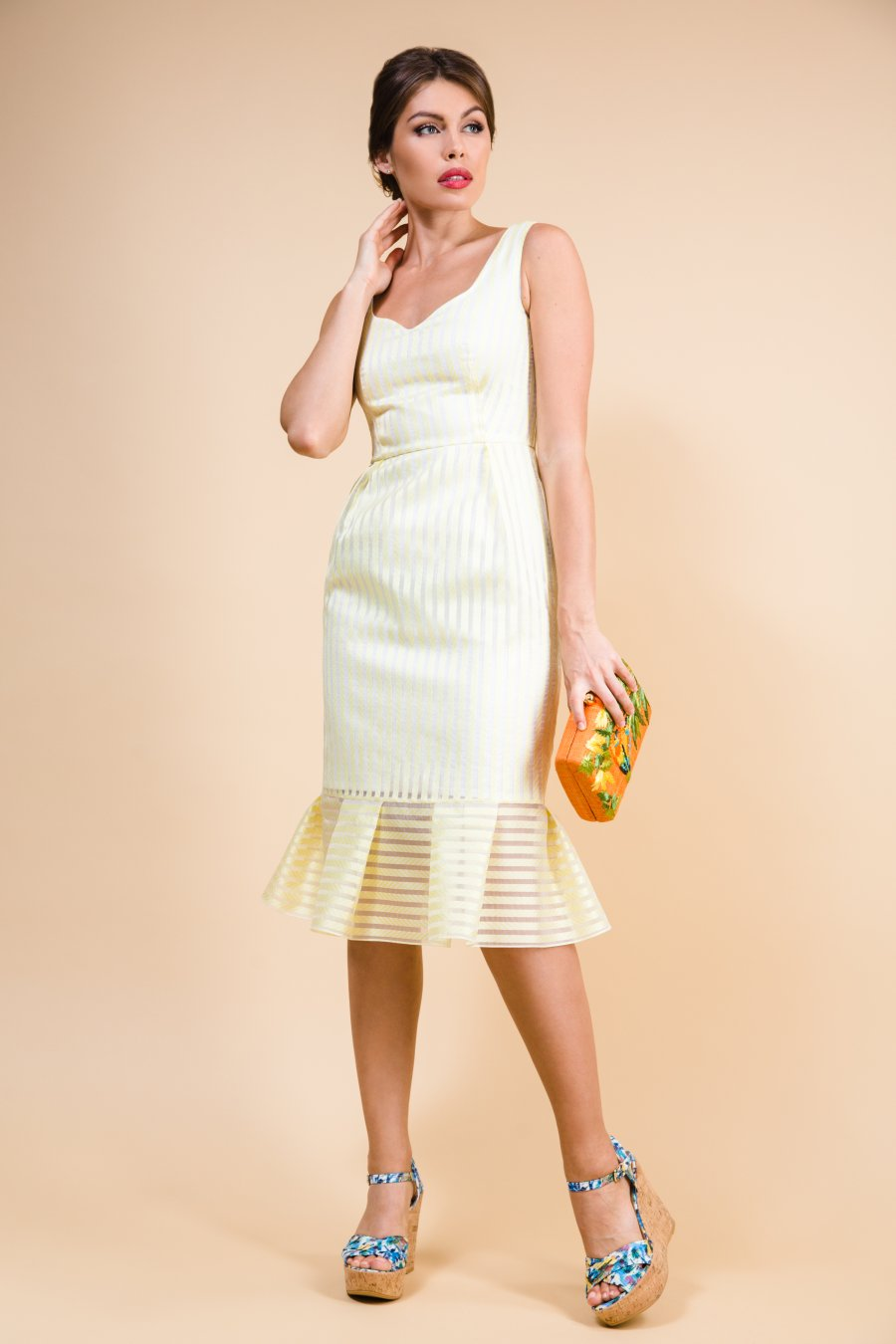 Платье из органзы с фигурным вырезом и воланом по низу