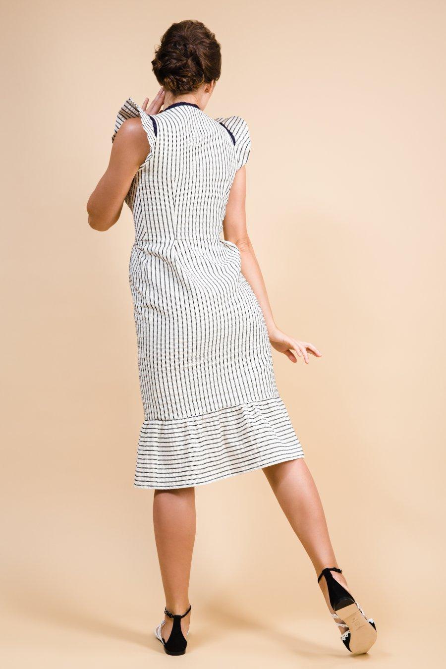 Платье в полоску цвета экрю, декорированное контрастной тесьмой
