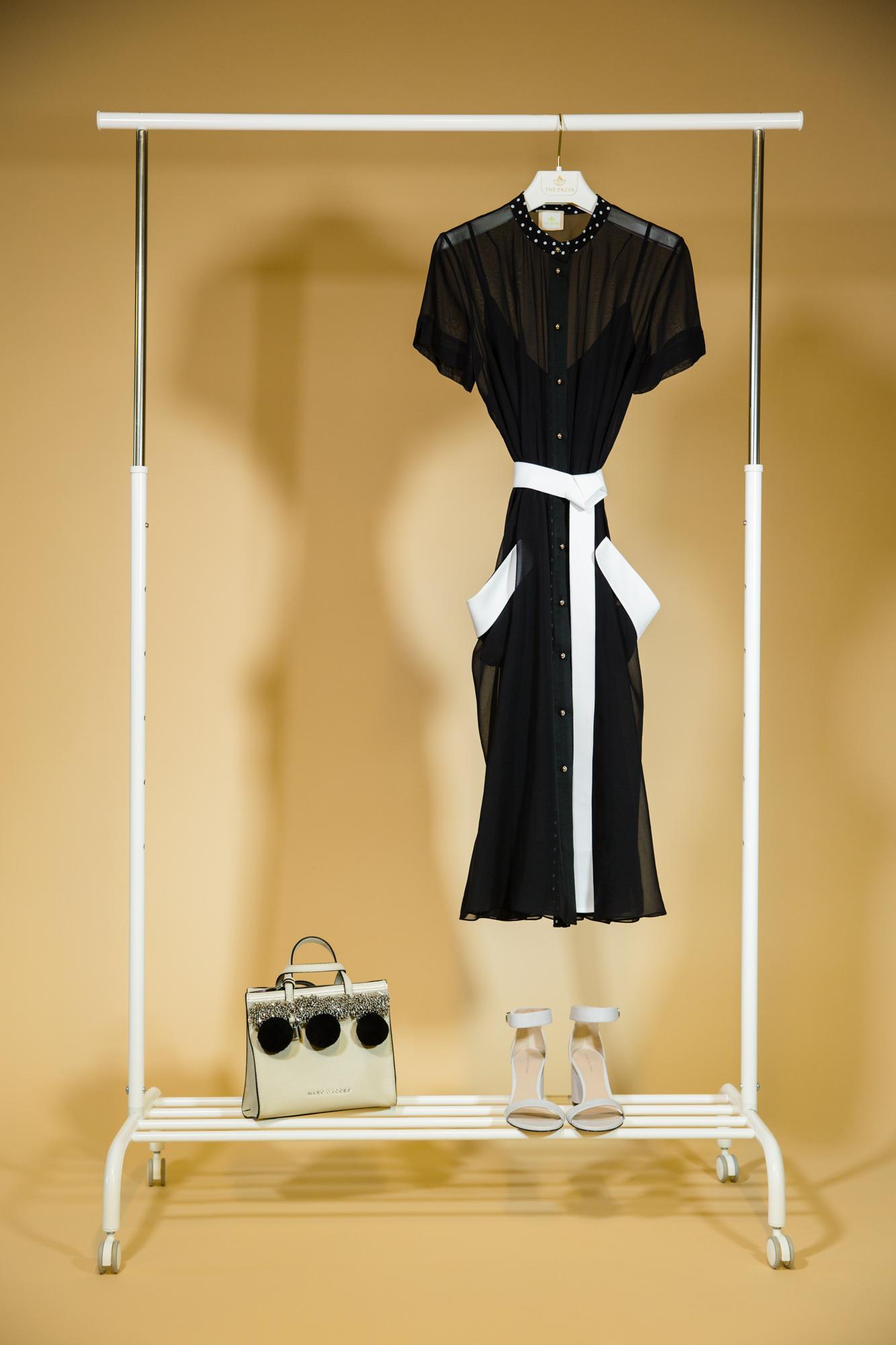 Черное приталенное платье с белыми клапанами и поясом