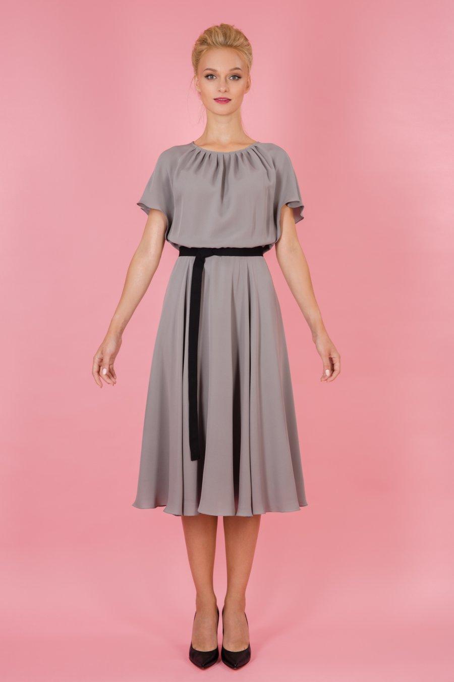Приталенное платье с цельновыкроенным рукавом
