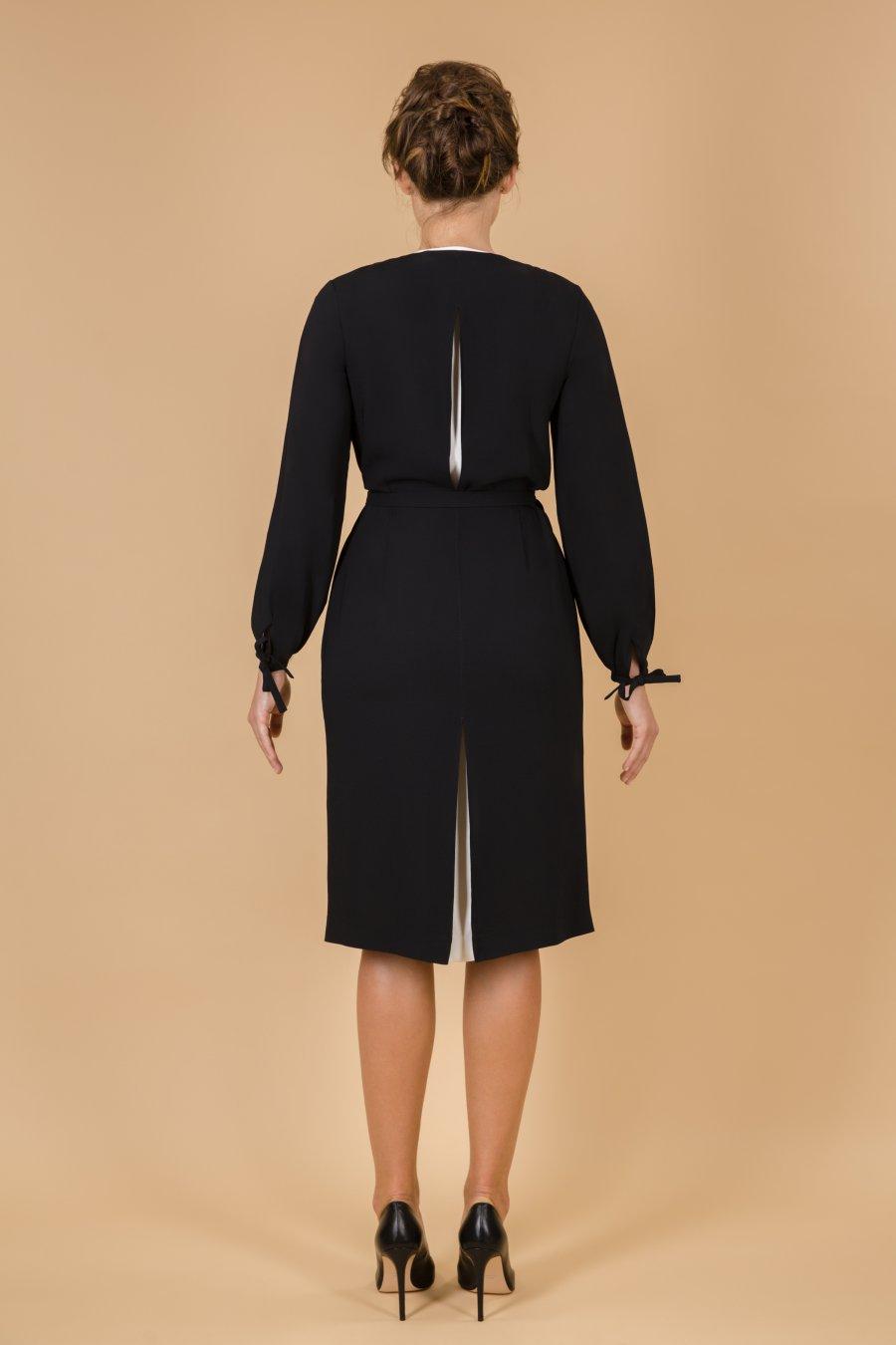 Платье с запахом со складками и кантом