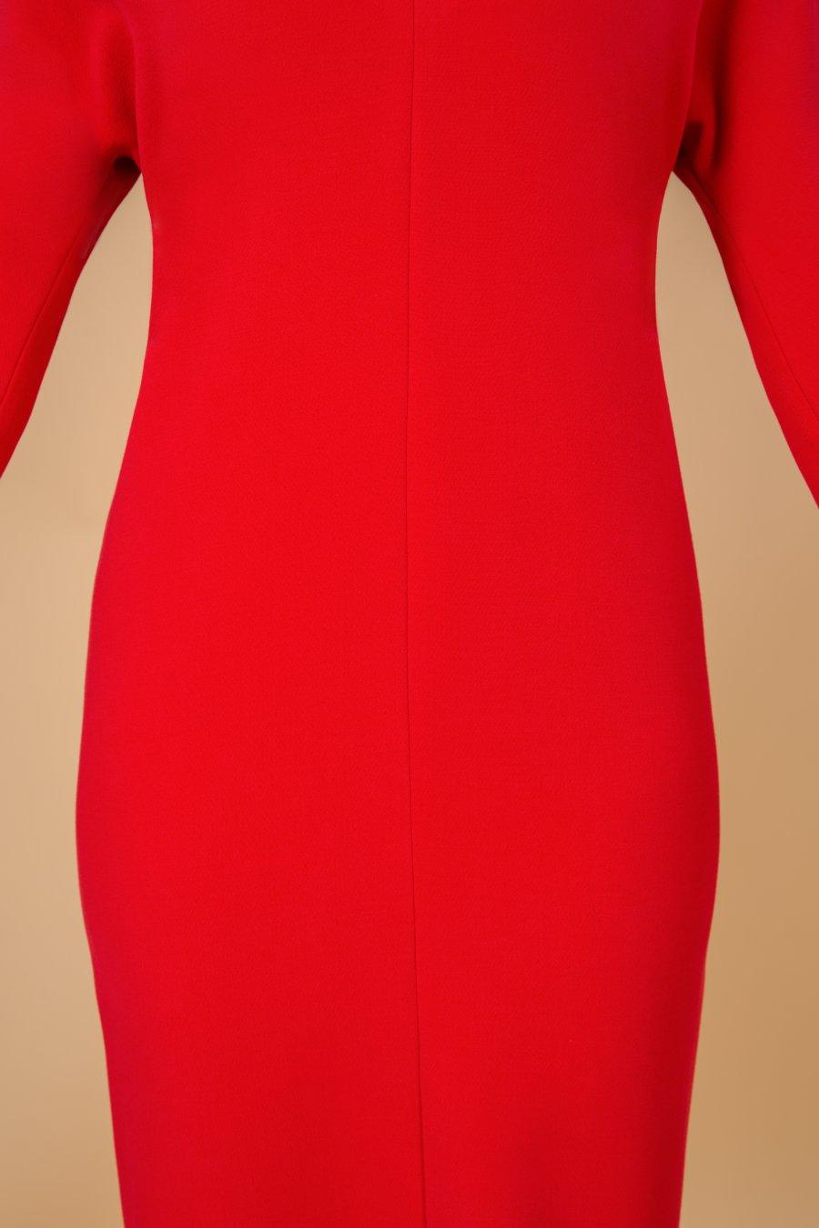 Платье полуприлегающего силуэта с цельновыкроенным рукавом, зауженное книзу