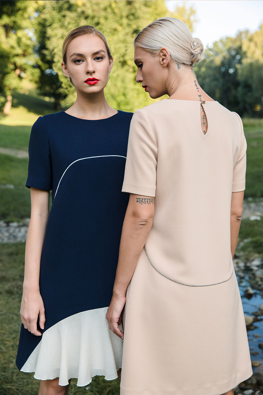 Бежевое платье-трапеция с кантом и плиссированной деталью