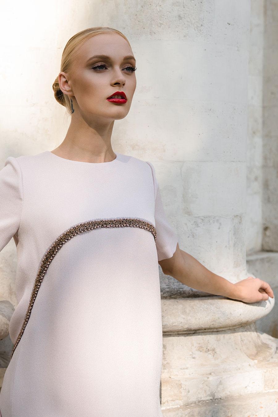 Нежно-розовое платье-трапеция, декорированное тесьмой с жемчугом и бисером