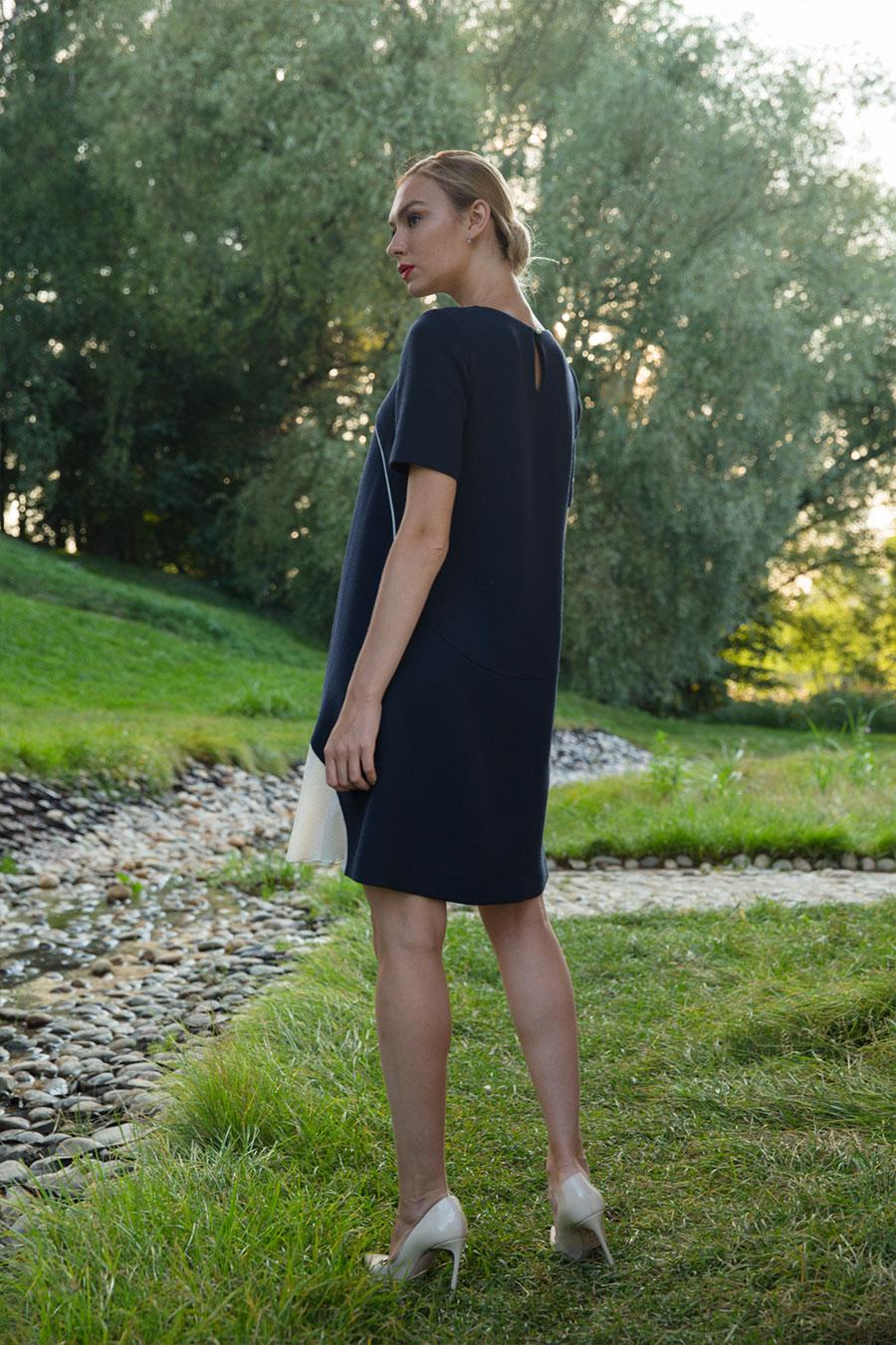 Синее платье-трапеция с бархатным кантом и декоративным воланом контрастного цвета