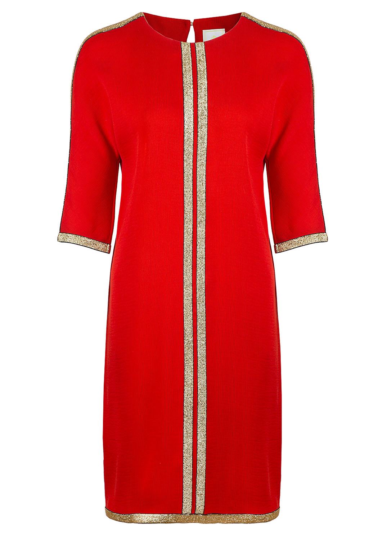 Красное прямое платье с цельновыкроенным рукавом, декорированное золотой тесьмой
