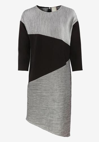 Геометричное платье с контрастной вставкой